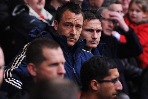 Algunos jugadores del Chelsea lucían en el banquillo tristes caras, que...