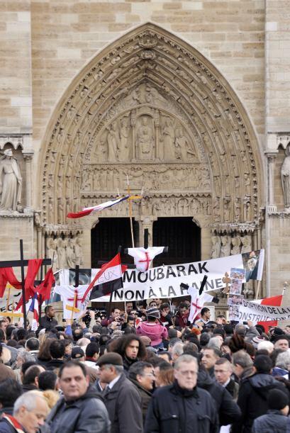 En la catedral de Notre Dame de París sacerdotes ortodoxos apoyaron a lo...