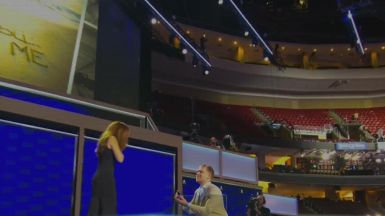 Un novio lepropuso matrimonio a su enamorada en la Convención Demócrata