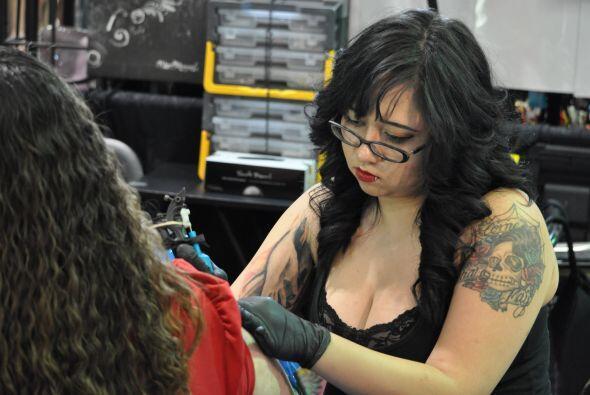 Y muchas mujeres ahora también se están convirtiendo en artistas de la p...