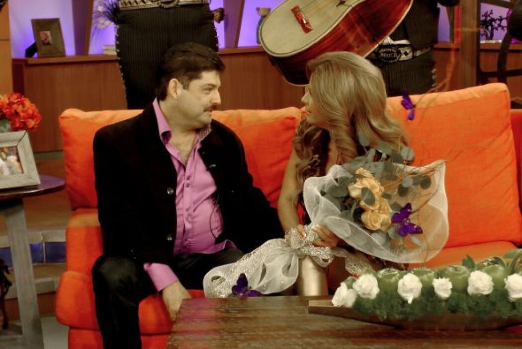 Carmen lo miraba sorprendida mientras sostenía el bello ramo de flores q...