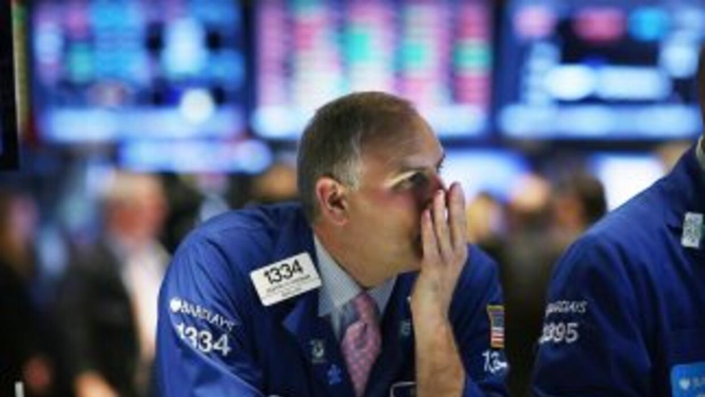 En la imagen, uno de los operadores que trabajan en la Bolsa de Valores...
