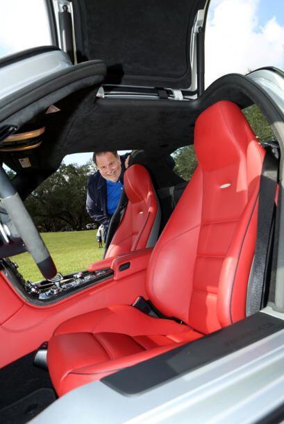 Ahora, Raúl nos mostró el interior de su Mercedes Benz SLR AMG.  Mira es...
