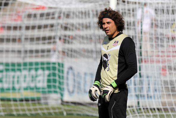El futbolista mexicano tiene mucho 'pegue' con las chicas y aunque es un...