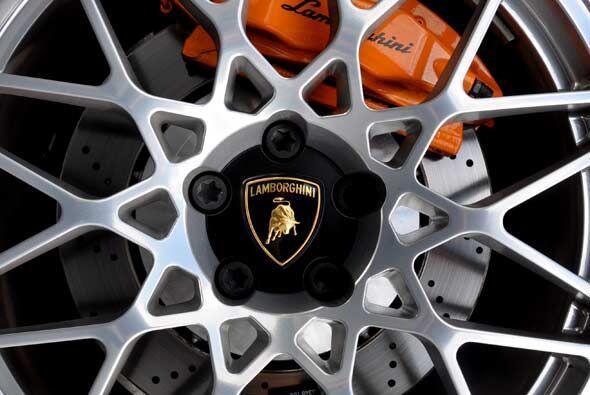 Los enormes discos de freno son necesarios en un auto como este.