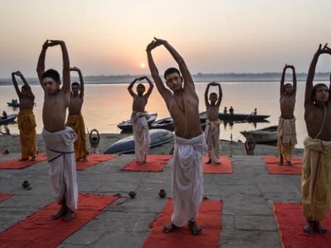 Jóvenes hindúes brahmanes que se forman para ser sacerdote...