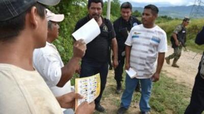Familiares de los 43 estudiantes desaparecidos buscan puerta a puerta a...