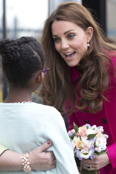La Duquesa platicó un momento con esta adorable nena.