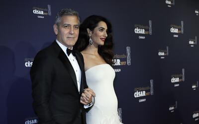 Tomados de la mano, George Clooney y su esposa Amal Alamuddin sorprendie...