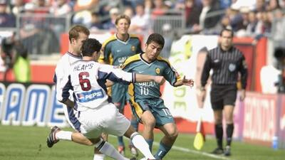 2002: El guatemalteco Carlos Ruiz marca el único gol en tiempos e...