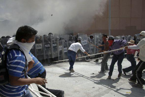 Profesores y alumnos de la Escuela Normal de Ayotzinapa se enfrentaron a...