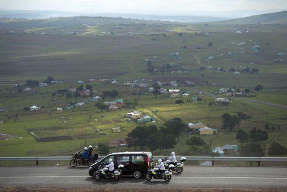 La furgoneta negra que llevaba al féretro de Mandela envuelto en...