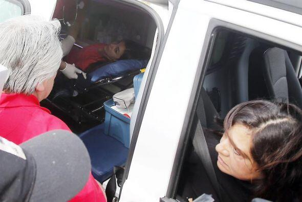 Una joven herida es llevada a un centro asistencial tras la explosión.