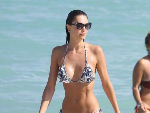 La modelo brasileña Julia Pereira remojó todo su cuerpecit...