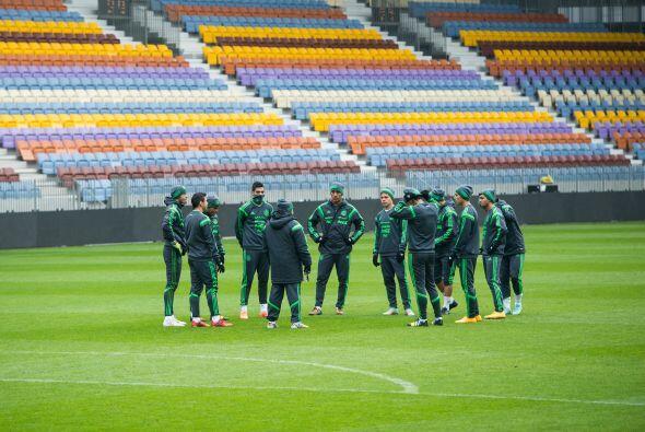 La selección mexicana reconoció en estadio BATE en Borisov, donde se med...