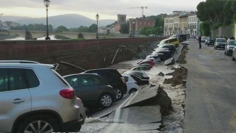 Veinte autos fueron a parar al fondo de una zanja en Italia