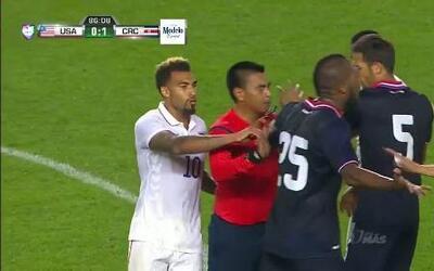 Tarjeta amarilla. El árbitro amonesta a Kendall Watson de Costa Rica