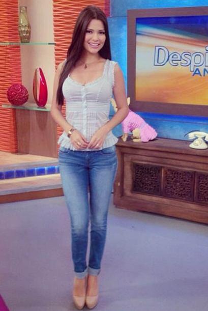 Abril 4, 2014: Jeans con una blusa bella y ligera para recibir el fin de...