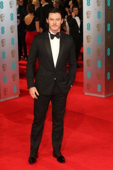 ¡Luke Evans en esmoquin logró derretir con tanta belleza masculina en lo...