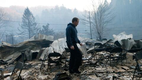 Inmenso incendio forestal convierte a una ciudad turística de Tennessee...