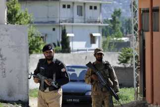 Tropas pakistaníes montan guardia en la residencia donde fue abatido por...