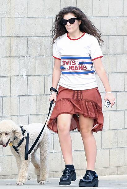 Otro día Lorde prefirió un 'look' vintage con esa blusa es...