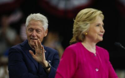 Bill Clinton acompañando a Hillary Clinton durante un evento de c...