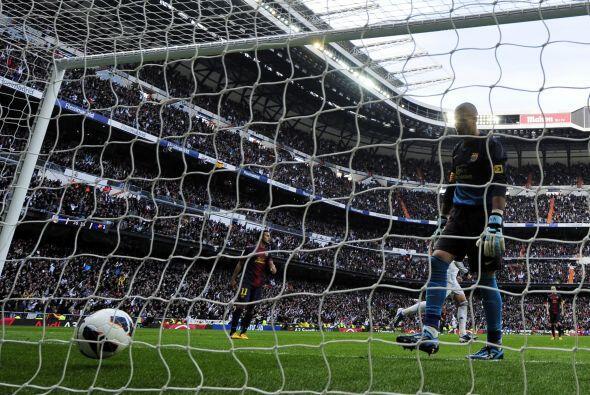 Balón a las redes y Valdés tenía que recoger otro gol en contra.