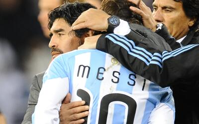 Diego Maradon abraza a Lionel Messi