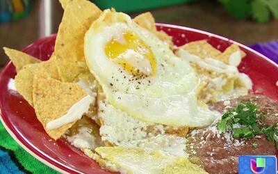 ¡Desayuna más por menos dinero! Chilaquiles con huevos fritos