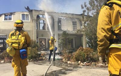 Más de 1,600 bomberos continúan luchando contra el 'Sand Fire' en el sur...