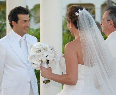 Las arrasPara la ceremonia de arras el hijo más pequeño de Mario Andrés,...