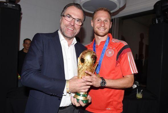 Kevin Grosskreutz aquí posando junto al dueño del Schalke 04, equipo de...