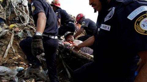 Bomberos trasladan a un trabajador del basurero que resultó herid...
