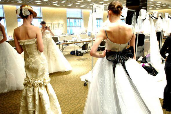 De unos años a la fecha, muchas novias han buscado innovar en sus atuend...