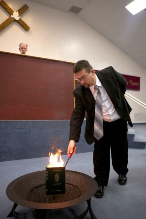El pastor Wayne Sapp asistió a Jones en la quema del Corán, el 20 de mar...