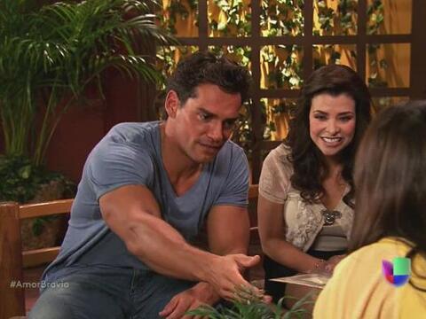 Daniel y Miriam reciben la invitación para la boda entre Natalia y Yago.