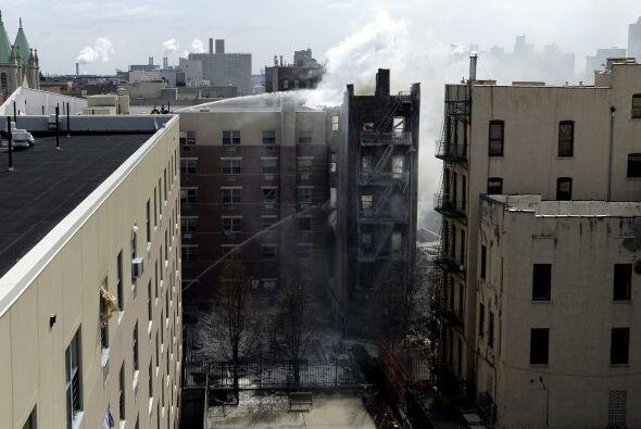Aún se pueden ver a los bomberos trabajando con escaleras autom&a...