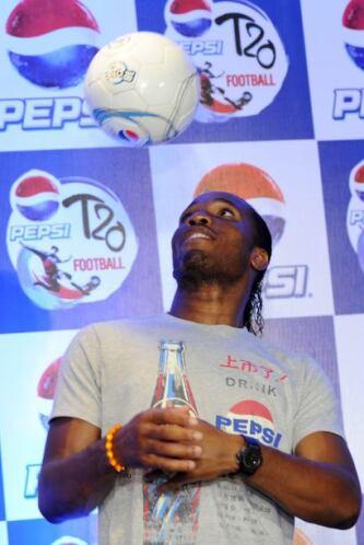 Didier Drogba se echo unas dominadas durante una conferencia de prensa e...