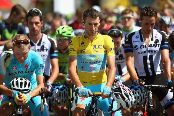 Aquí vemos a los participantes del Tour de Francia rindiendo un m...