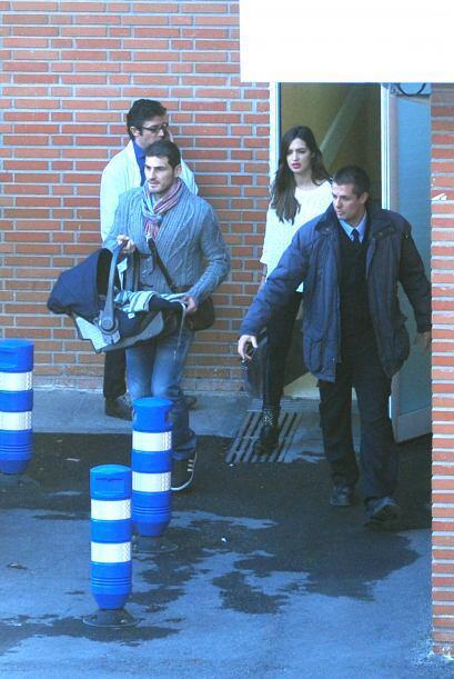 El jugador de soccer y su pareja, la bella periodista, salen de una clín...