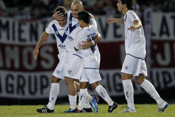 El pelado Santiago Silva anotó los dos goles de Vélez, el...