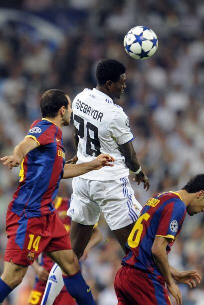 En el segundo tiempo Adebayor entró y salió Ozil. Mourinho buscaba más a...