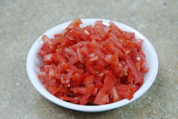 El tomate debe ser tipo ciruela, picado.