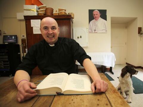 La estrella del momento en Irlanda es un cura católico de 37 a&nt...