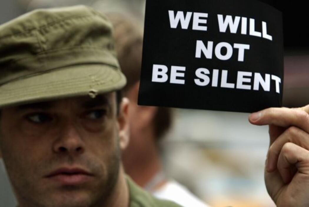 El movimiento para revertir la política de los militares que obliga a lo...