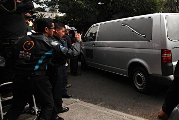 En la camioneta fúnebre lo acompaña uno de sus hijos.