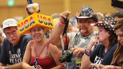 Seguidores del candidato presidencial republicano Donald Trump durante u...