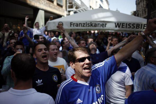 Más seguidores del Chelsea en las calles de Múnich.