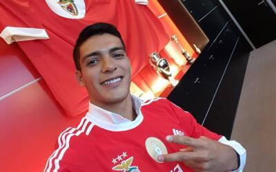 Raúl Jiménez tras firmar su contrato con el Benfica.